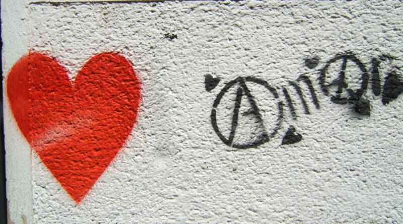 Ein rotes Herz auf einer weißen Wand