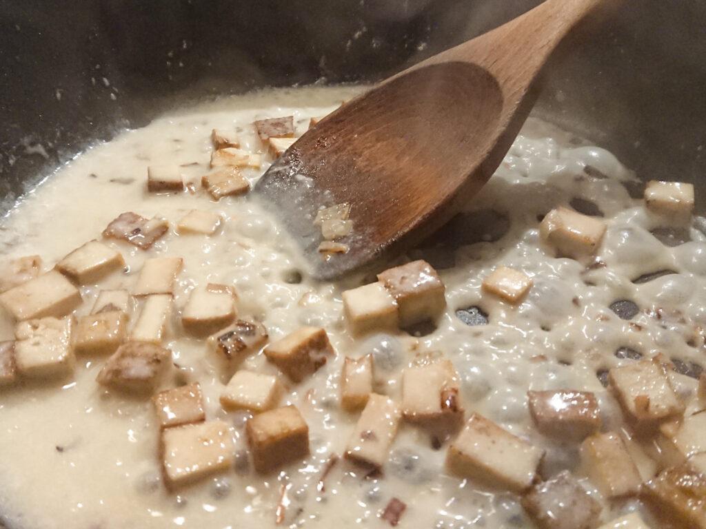 Die Tofuwürfel sind jetzt in heller Sauce