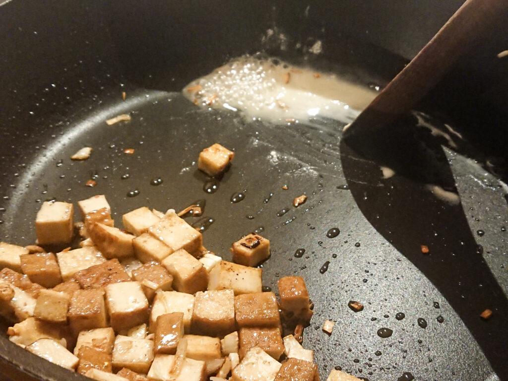 Neben den Tofuwürfeln wird eine Mehlschwitze angerührt