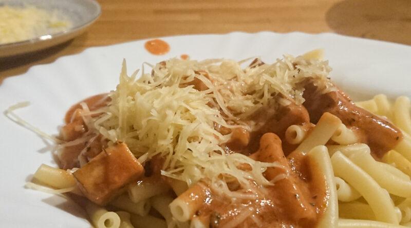 Das Essen ist fertig und wird mit Käse serviert