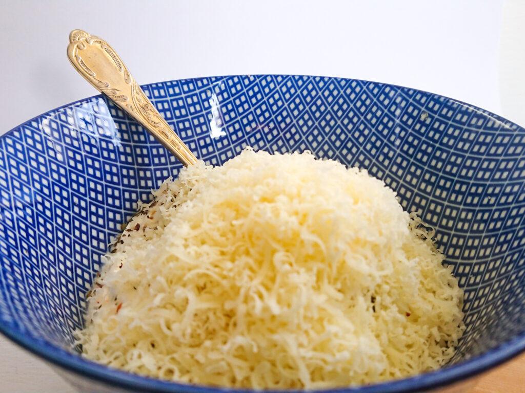 Geriebener Käse kurz bevor der Knoblauchkäse Brotaufstrich umgerührt wird