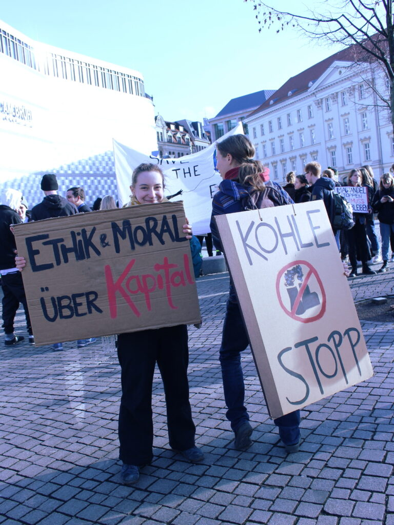 """""""Ethik & Moral über Kapital"""" und Kohle stopp. Steht auf Pappschildern."""