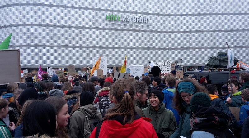 Menschenmenge auf dem RIchardWagner Platz