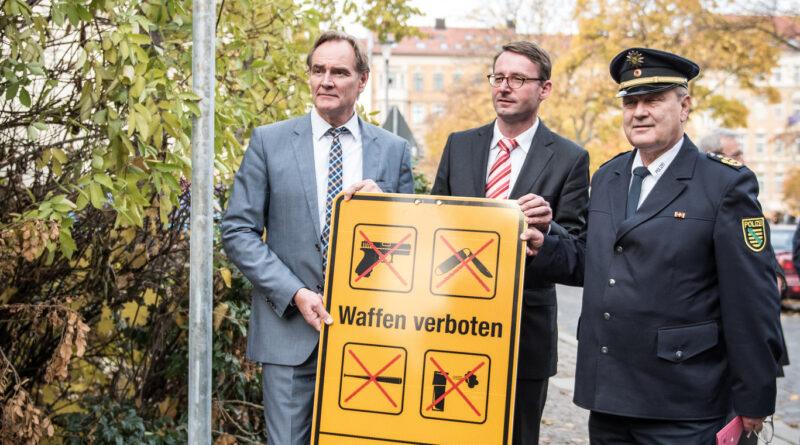Bürgermeister Burkhard Jung, Polizeipräsident Bernd Merbitz und Innenminister Roland Wöller richten Waffenverbotszone auf der Leipziger Eisenbahnstraße ein. Bild: Schild der Verbotszone.