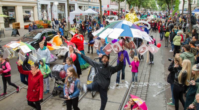 Illustration: Foto einer Bunte Parade auf der Karl Heinstraße