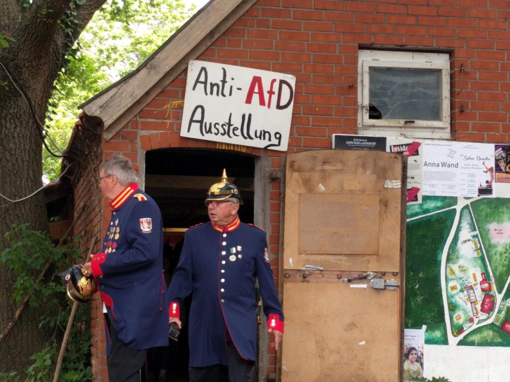 Zwei Männer in militärischen Kostümen stehen vor der Anti-AfD-Ausstellung
