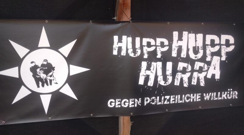 """Ein Transparent mit der Aufschrift """"Hupp Hupp Hurra - Gegen polizeiliche Willkür"""""""