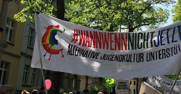 """Transparent mit der Aufschrift """"#WannWennNichtJetzt alternative Jugendkultur unterstützen"""""""