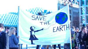 """Globaler Klimastreik: Ein Transparent mit der Aufschrift """"Save the earth"""""""