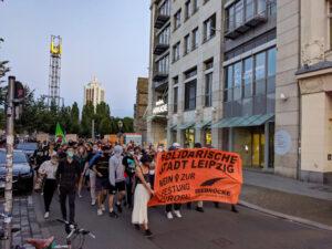 """Foto der Demo: Transparent an der Demospitze """"Solidarische Stadt Leipzig - Seebrücke"""""""