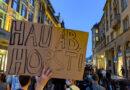 """Foto der Demo: Ein Pappschild mit """"Hau ab Horst"""" als Text"""