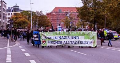 Demo mit Transparent: Im osten nichts neues gegen nazis und rechte Alltagskulru